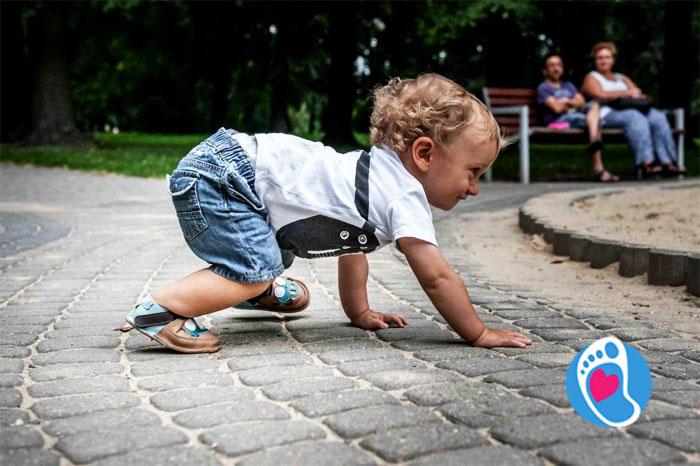 Dziecko w butach dziecięcych typu barefoot, wspierających zdrowy rozwój stóp i nie tylko